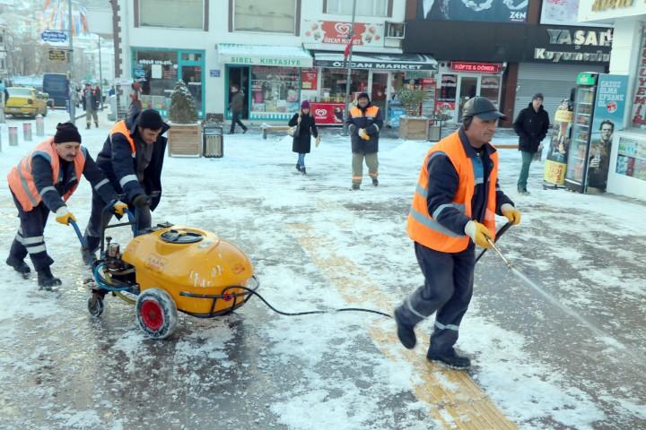 Yozgat Belediyesi karla  mücadele ediyor