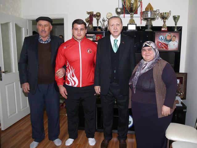 Erdoğan milli güreşçi Kayaalp'i evinde ziyaret etti