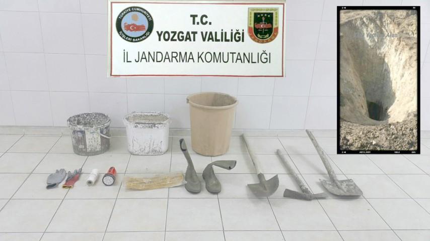 Jandarma'dan kaçak kazı yapan şüphelilere suçüstü