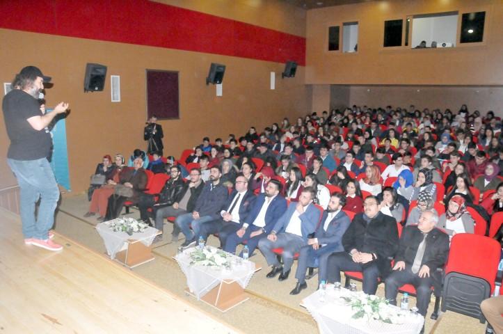 """Yazar Demirbağ'dan """"Gençlik  varsa gelecek var"""" semineri"""