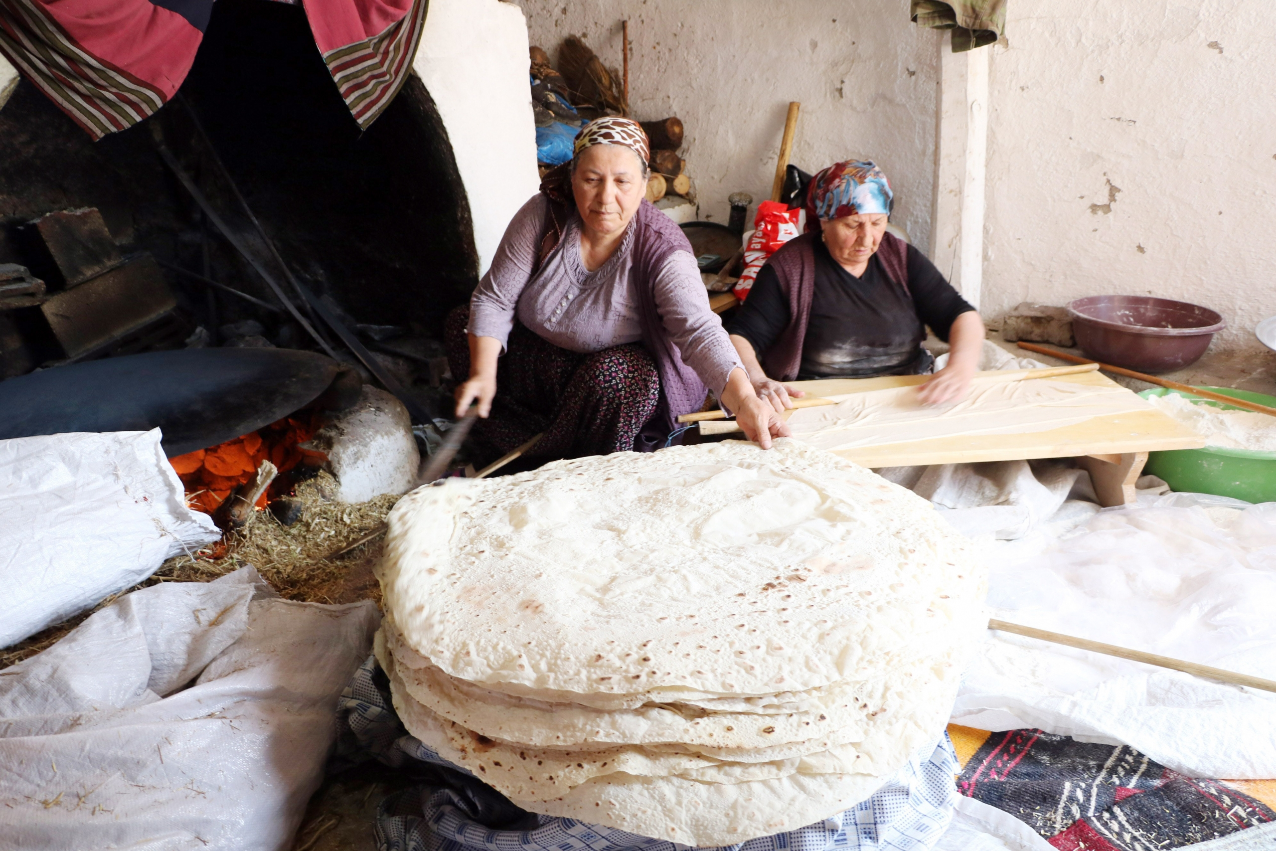 Kadınlar imece usulü kışlık ekmek yapıyor