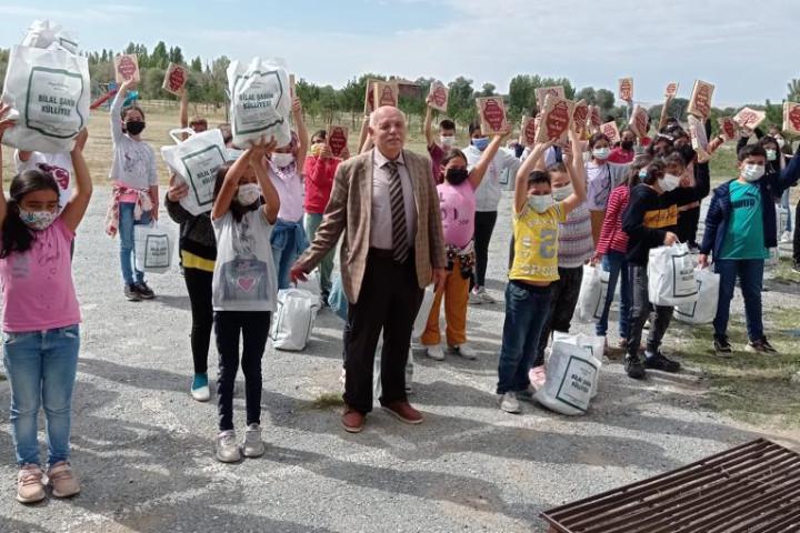 Şahin, köy okullarına  destek vermeye devam ediyor