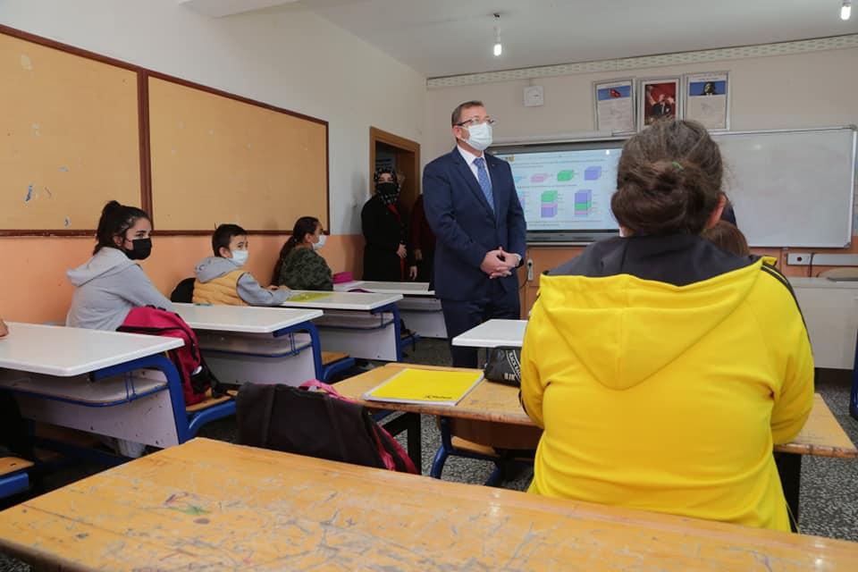 Vali Polat, öğrencilerin derslerine katıldı